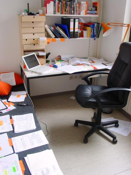 wohl dem das ich einen b cherregal ein bett und einen schreibtisch habe masterstudium. Black Bedroom Furniture Sets. Home Design Ideas