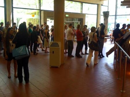 Eine lange Schlange vor der dem Caféauf dem Göttinger Campus