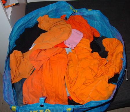 orange Wäsche im ATW Waschraum
