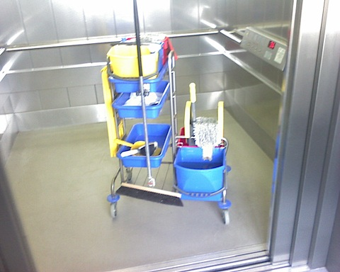Fruehjahrsputz im Hamburger Museum der Arbeit - und die Besucher putzen mit.