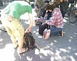 Chaostage an der Uni Goettingen Studenten verteilen die Beute untereinander