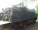 Schrotthaendler holt alte Fahrraeder im ATW ab