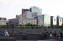 Der Potsdamer Platz mit dem Denkmal für die ermordeten Juden Europas im Vordergrund
