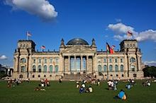 Berliner Bundestag mit Touristen und Wolken