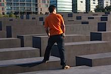 Spazieren auf dem Denkmal für die ermordeten Juden Europas.