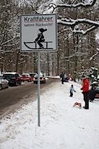 Kurioses Verkehrsschild fuer Schlittenfahrer in Goettingen