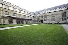 Blick hinter die Außenmauer eines Colleges in Oxford