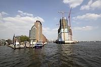 Hamburger Hafenstadt mit Elbphilamonie und Ueberseeanleger