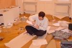 Familiäre Aufbauhilfe: Ralle beim Handwerken