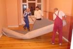 Familiäre Aufbauhilfe: Teppichverlegen leicht gemacht