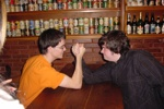 Asturianu Oviedo: Dave und SrNaranja beim Armdrücken